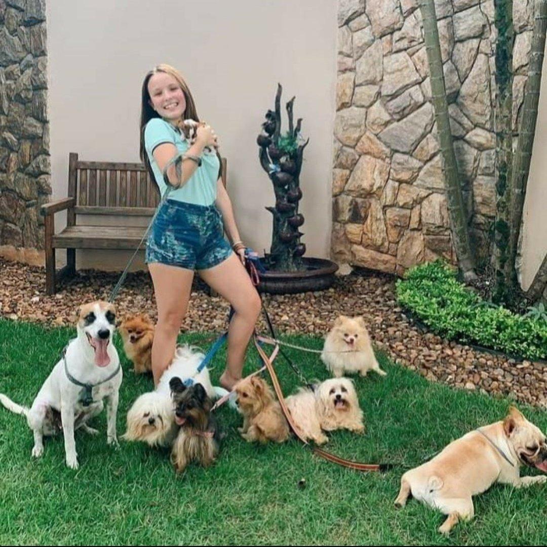 Larissa Manoela e seus cachorros