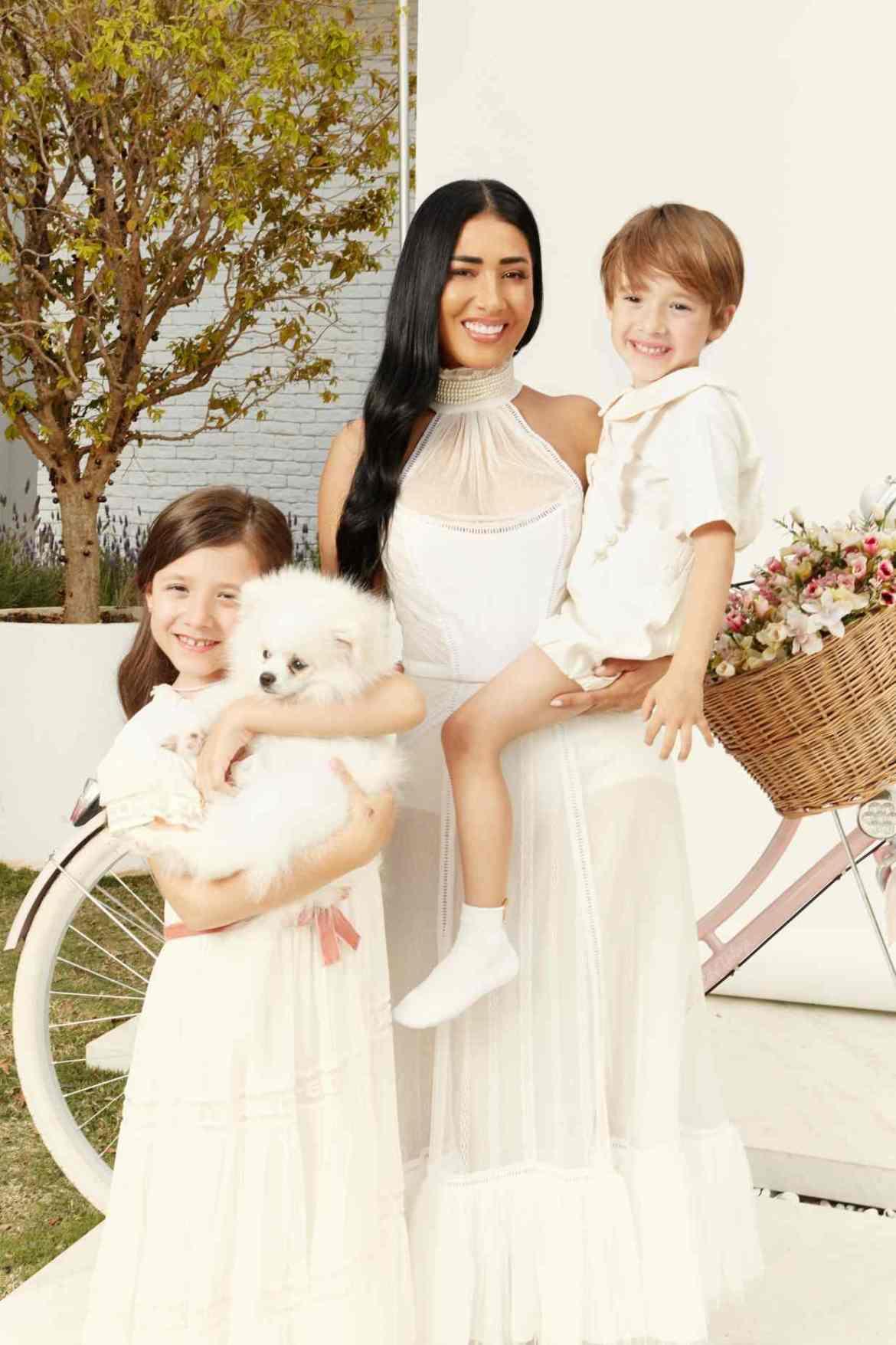 Simaria e seus filhos em ensaio de Natal dos famosos.
