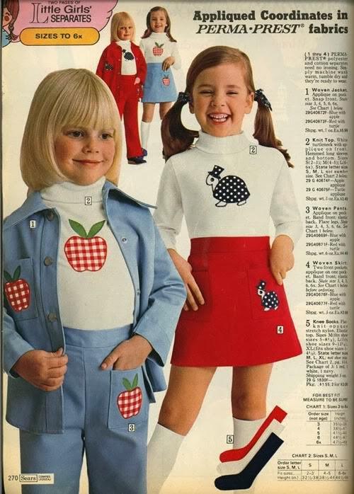 Foto de uma revista com a moda infantil para meninas nos anos 70.