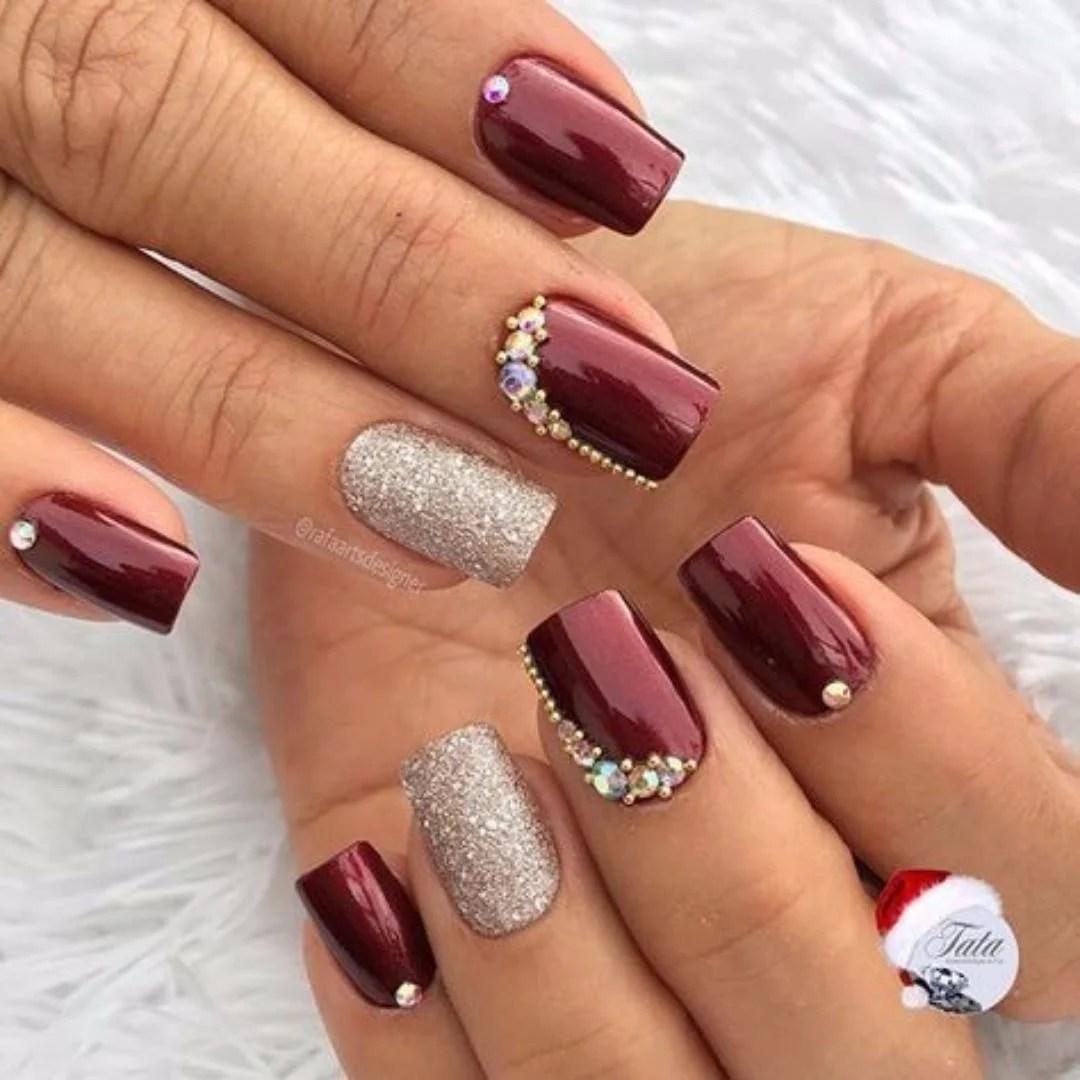 Tradicional vermelho com pedras e glitter no dedo anelar.