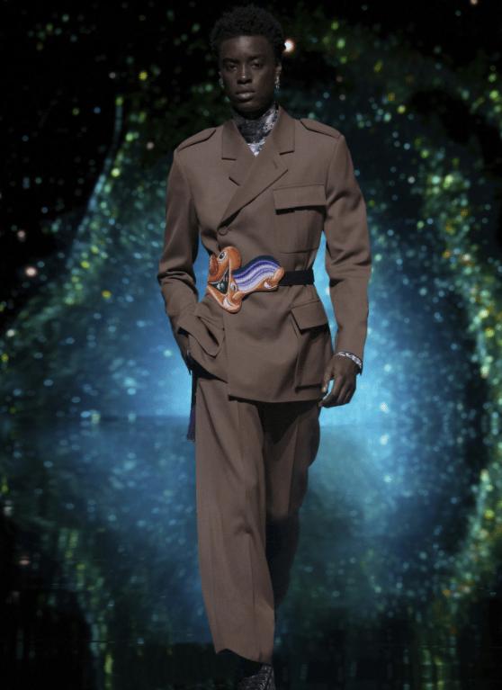 Modelo usa conjunto alfaiataria com cinto
