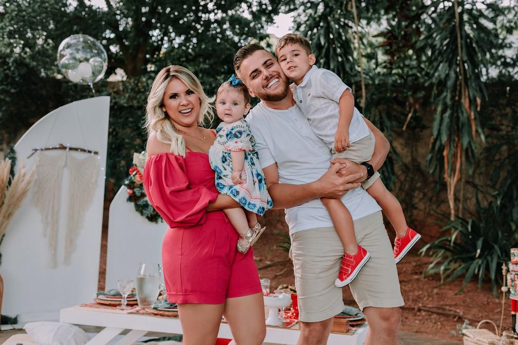 Zé Neto, esposa e filhos em ensaio de Natal.