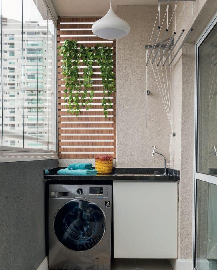 Lavanderia pequena com jardim vertical