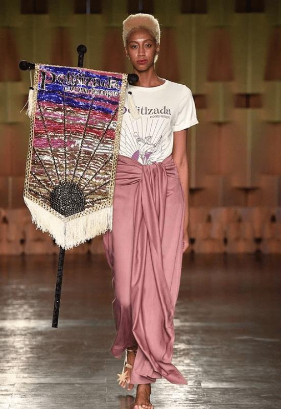 Modelo usa t-shirt estampada e saia amarração