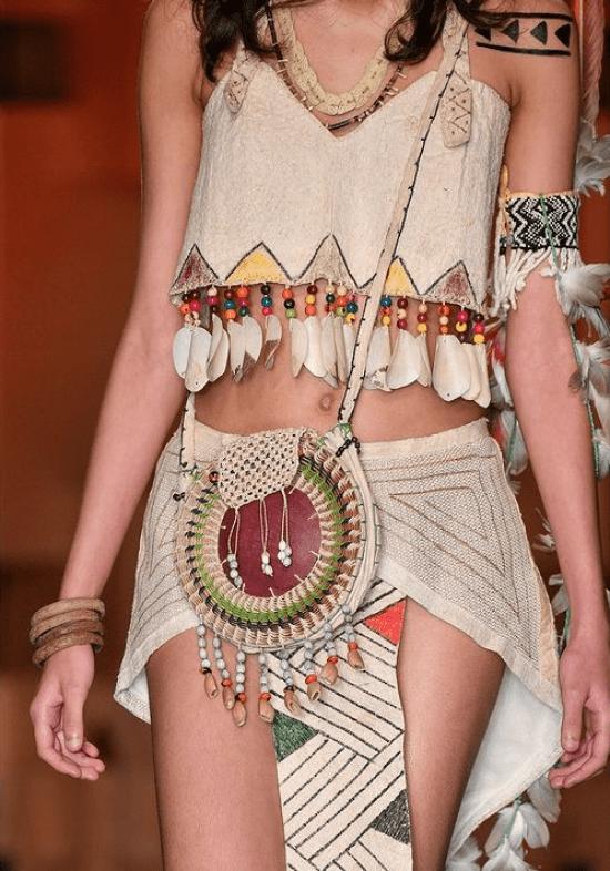 Cropped, saia e bolsa inspiradas na cultura indígena