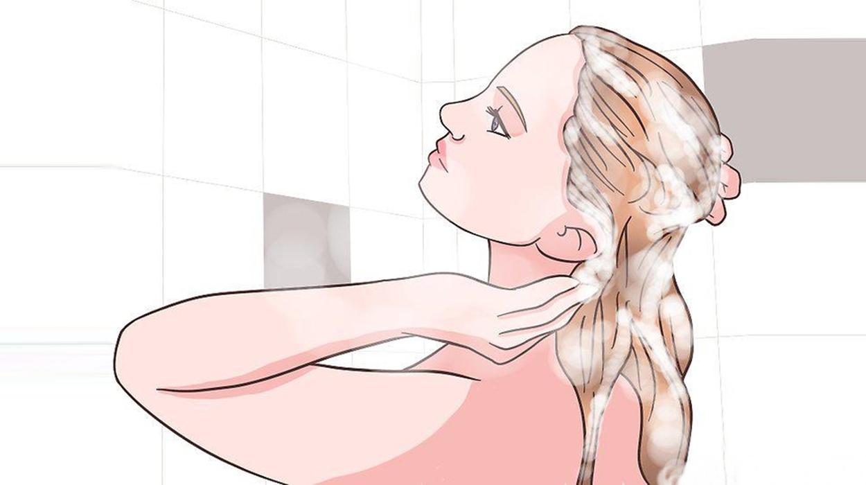 Lavando os cabelos.