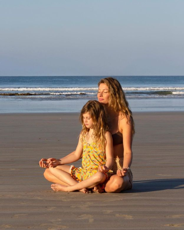 Gisele e filha meditando