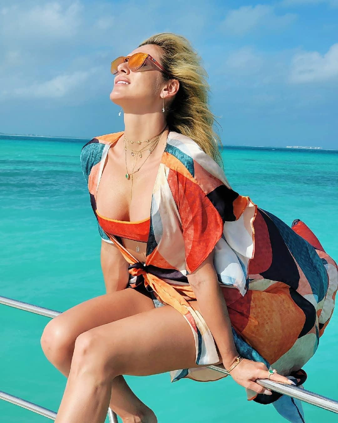 Lívia Andrade usa estampa geométrica em saída de praia.