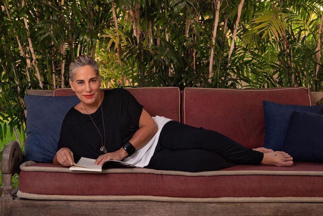 Gloria Pires em foto deitada no sofá.
