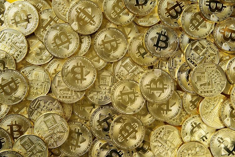 várias moedas com o símbolo de BitCoin empilhadas