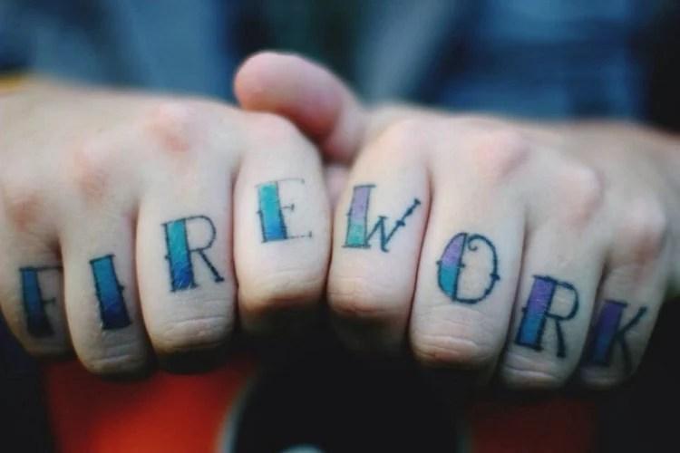 palavra firework tatuada nos dedos