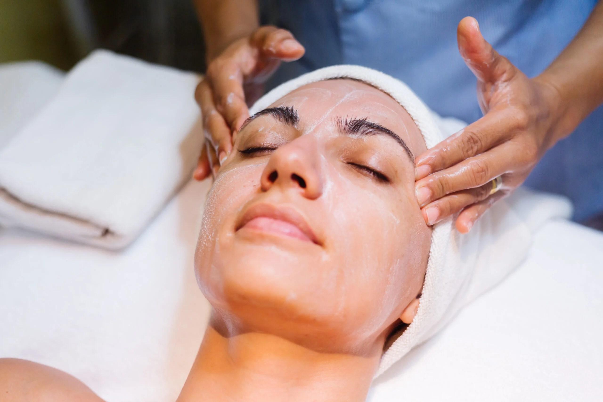 mulher deitada em maca fazendo peeling para manchas na pele