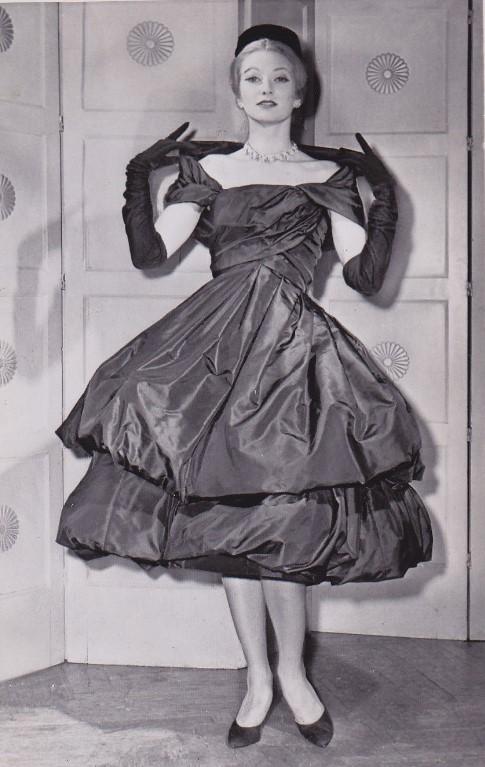 Vestido de tafetá de seda preto desenhado por Yves Saint Laurent para a Dior.