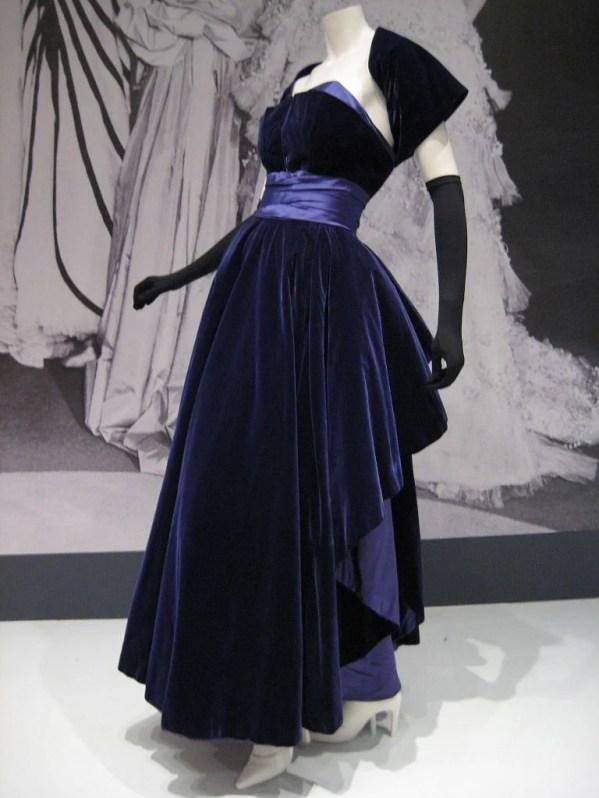 Vestido de veludo que estava na última coleção antes da morte de Christian Dior, de 1957.