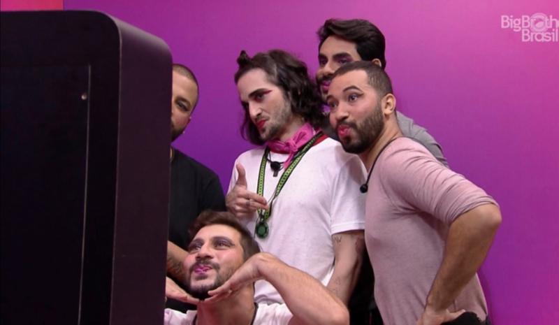 Na foto, aparecem 5 participantes homens do BBB maquiados.