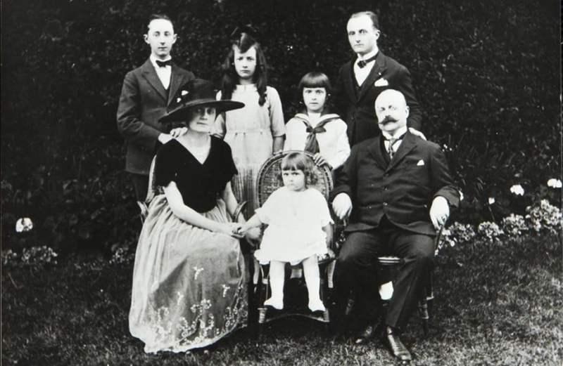 Christian Dior quando criança posando com a sua família.