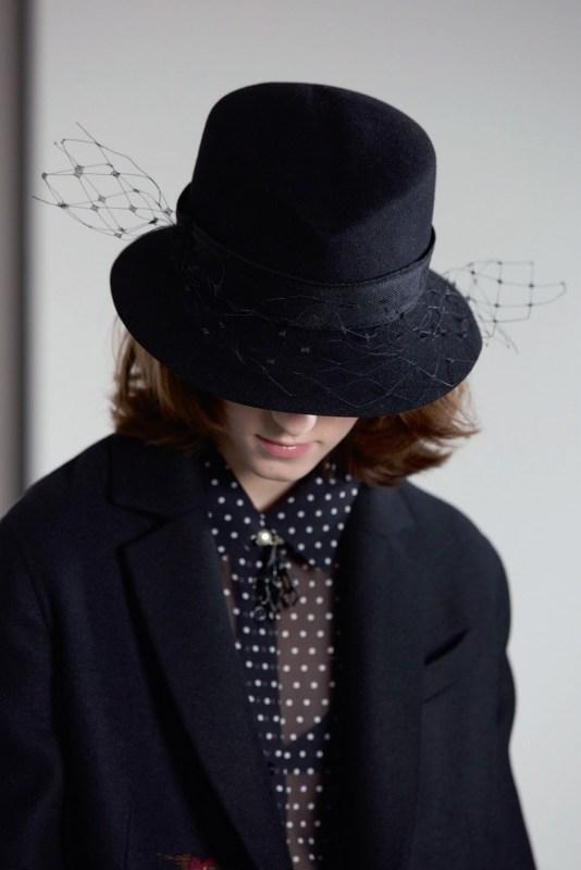 Modelo de Chiuri, com terninho e chapéu pretos.