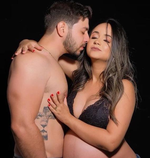 Na foto, aparece Caio sem camisa ao lado da esposa Waléria.