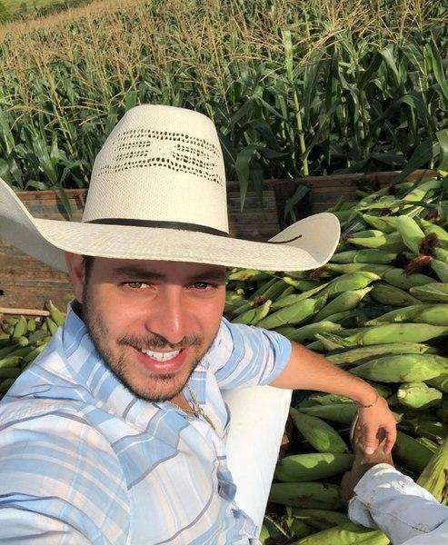 Caio do BBB 21 posa para selfie. Ele está trabalhando em sua colheita de milho.