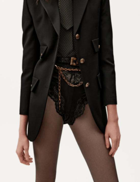 Cinto fino couro com cinto de elo, hot pant, camisa gravataria e blazer