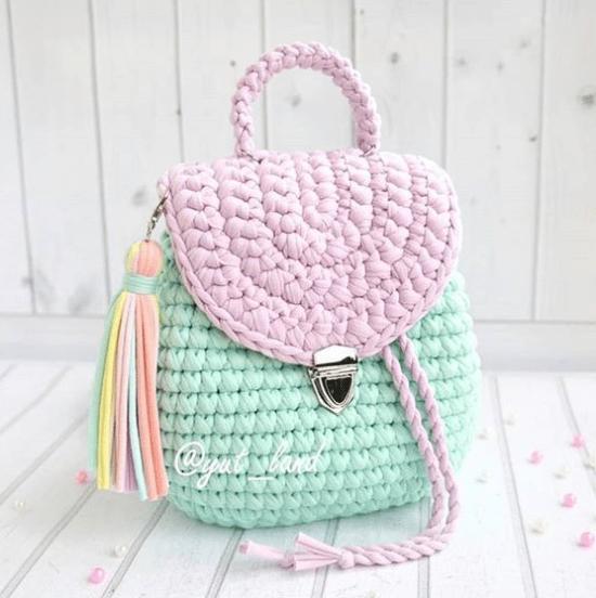 Acessório para 2021: bolsa crochê com aba em candy color
