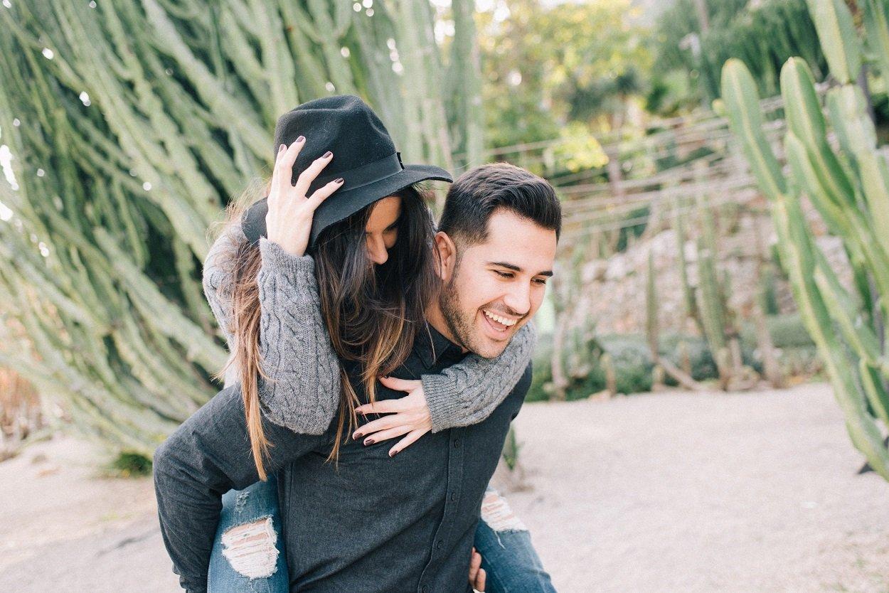 casal de namorados sorrindo
