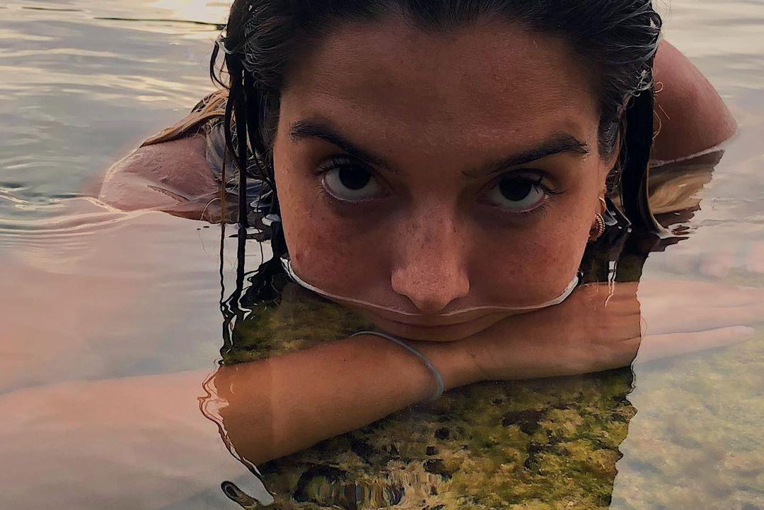 Giovanna Lancellotti curte na praia.