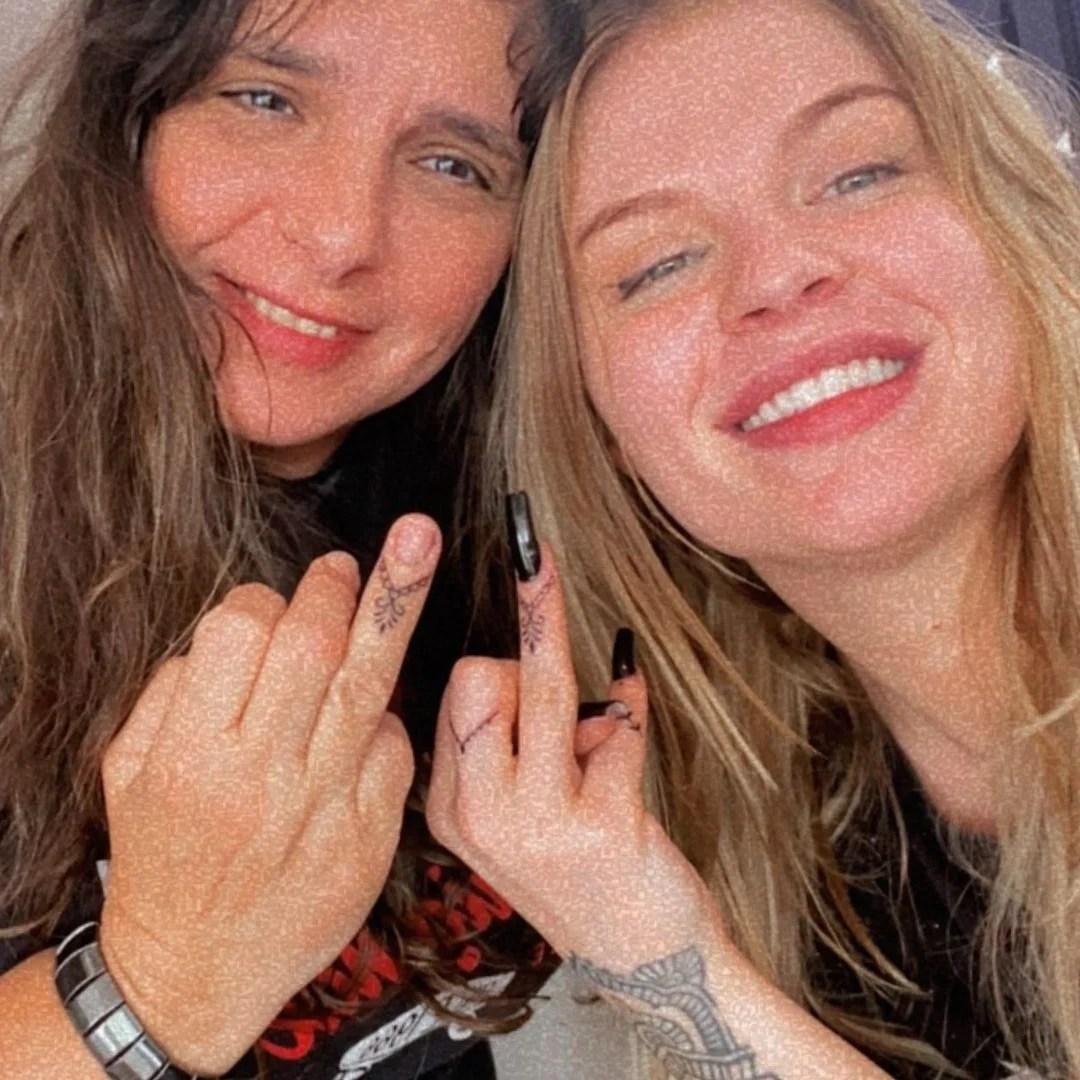 Luísa Sonza e sogra fazem tatuagem juntas.