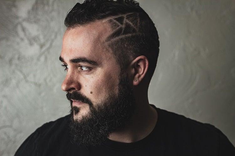 corte de cabelo masculino 2021 com risco de navalha