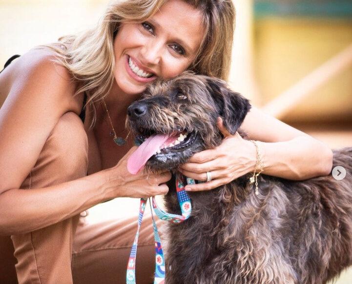 Na foto, aparece Luisa Mell segurando um cachorro.