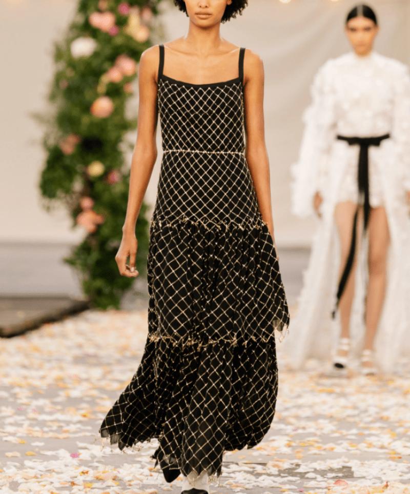 Vestido com bordado e saia em camadas Chanel Alta Costura 2021