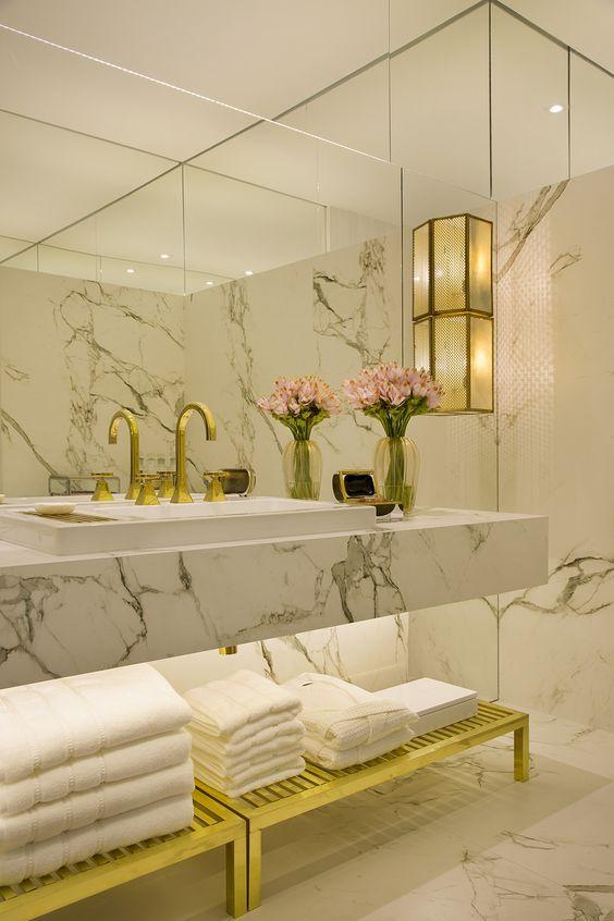 Banheiro com anos 80 na decoração.