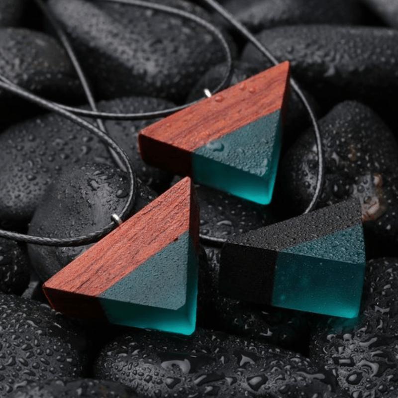 Pingente triangular madeira e resina