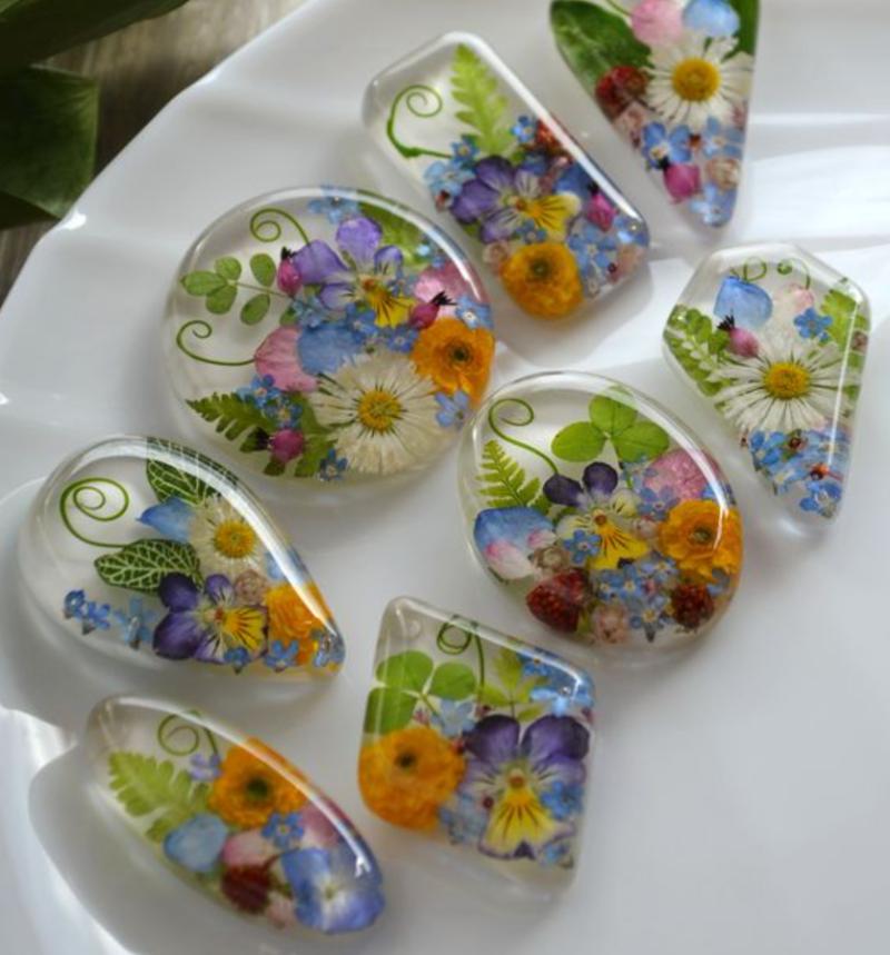 Biju de resina com flores
