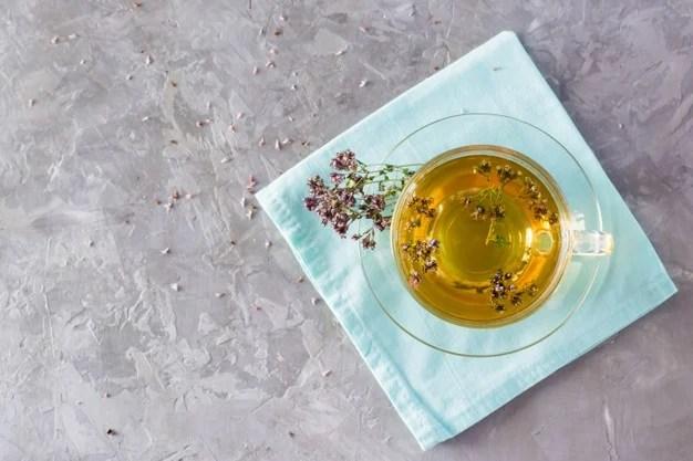chá de orégano numa xicara