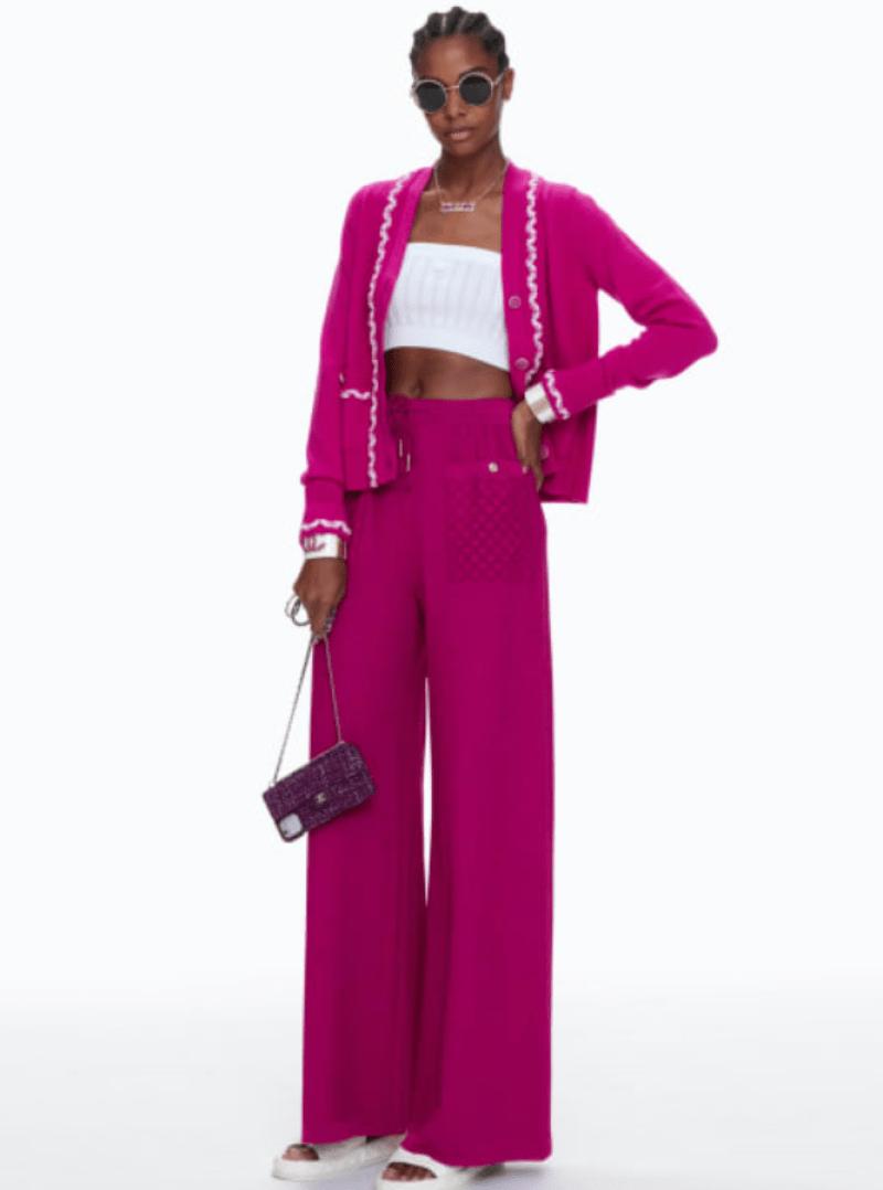 Conjunto Chanel rosa com casaco tricô e caça esportiva