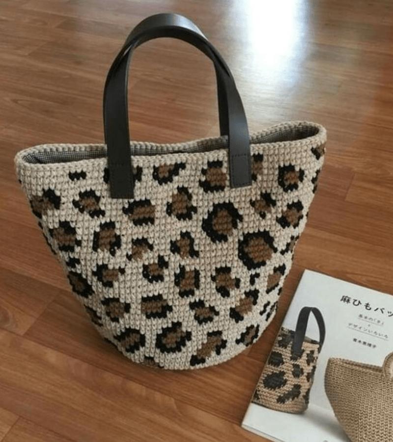 Bolsa totem de crochê com padrão oncinha