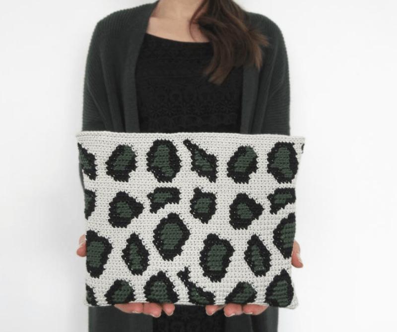 Nécessaire de oncinha crochê em branco, preto e verde