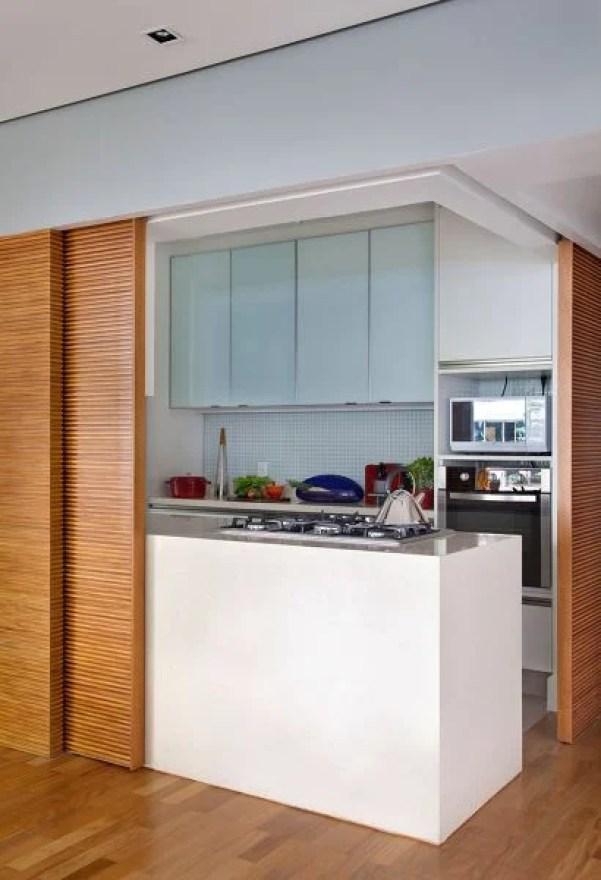Cozinha escondida com porta de madeira