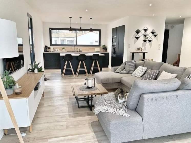 Cozinha integrada com sala preta, branca e cinza