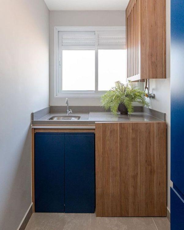 Lavanderia com porta azul.