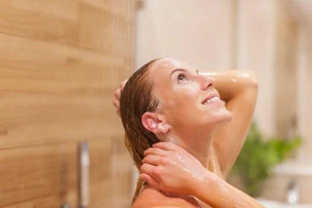 mulher lavando o cabelo