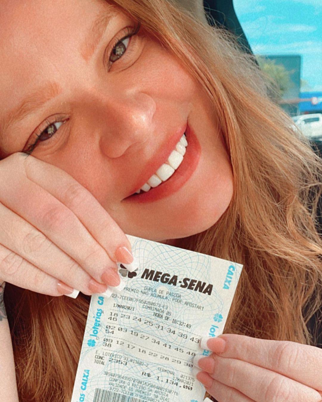Bilhete premiado da Mega-Sena e ganhadora.