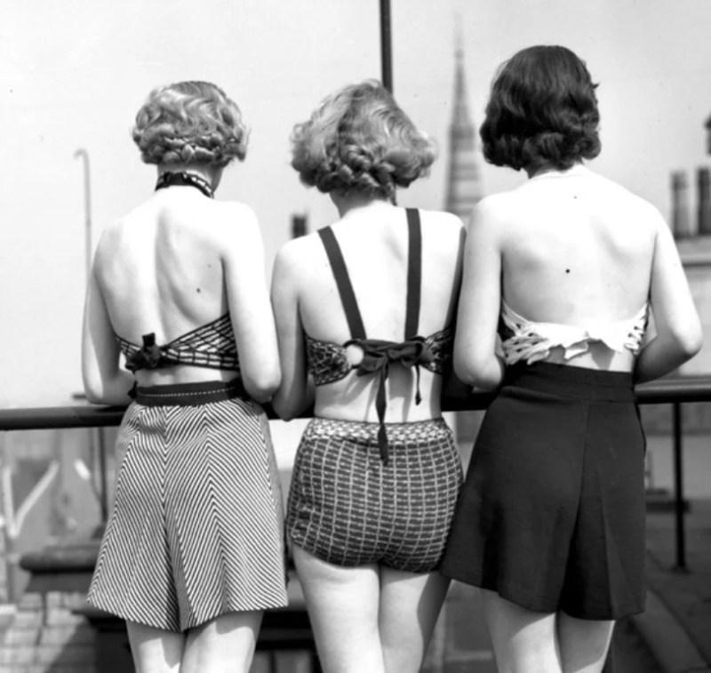 Mulheres por volta de 1930, quando começam a surgir os trajes de banho em duas peças.