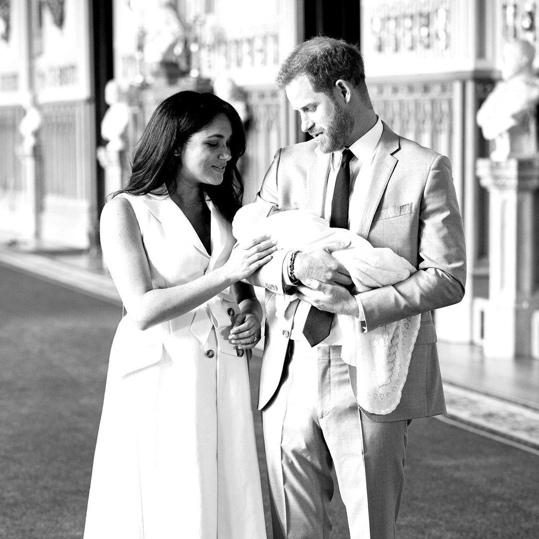 Meghan e Harry seguram bebê.