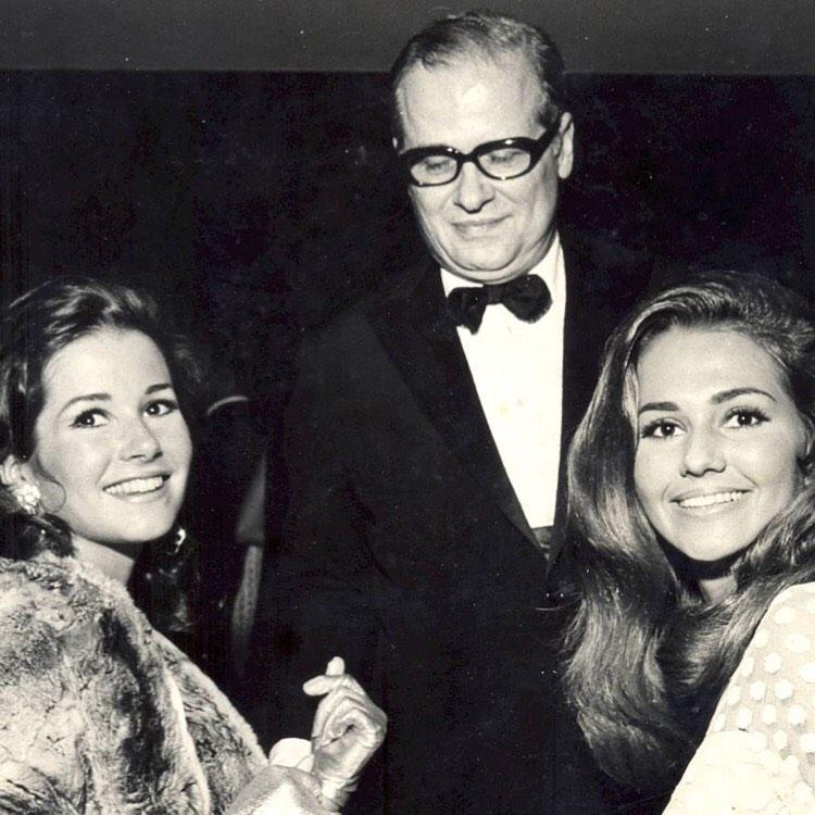 """Alceu Penna em evento social com """"misses"""", em 1968."""