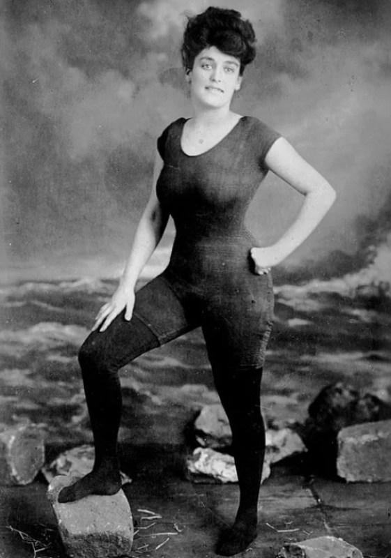 A nadadora profissional australiana Annette Kellerman com o primeiro traje de banho único, cerca de 1900.