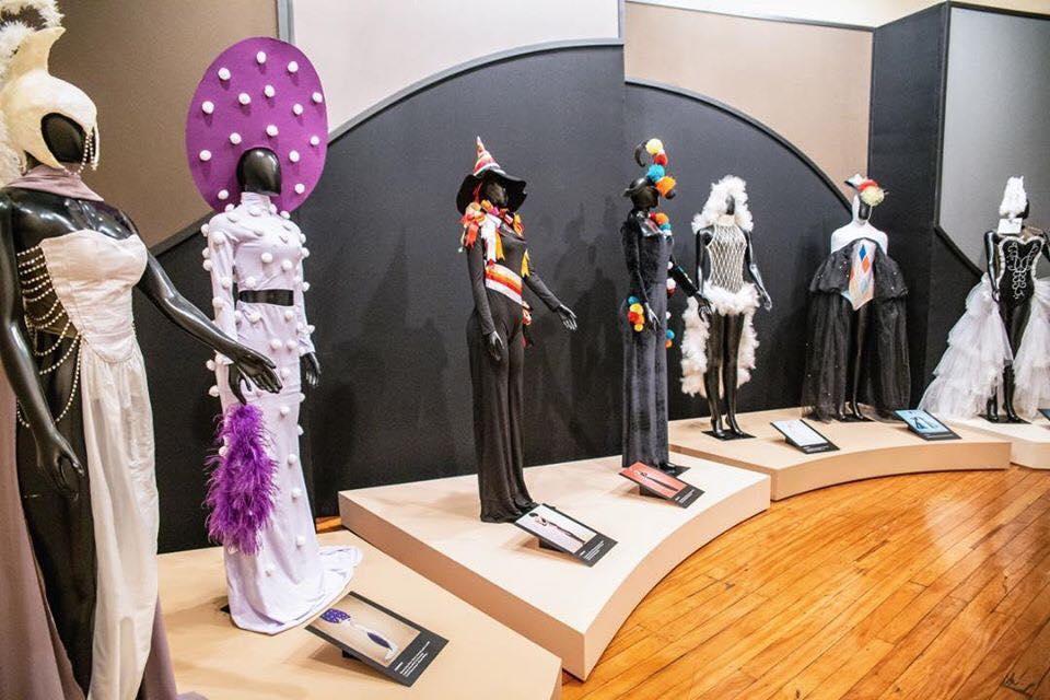 Figurinos criados por alunos do curso de Moda da Feevale (RS) a partir de ilustrações de Alceu Penna