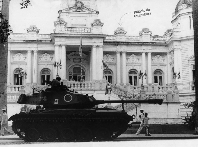 Um tanque de guerra do exército em frente ao palácio da Guanabara no Rio de Janeiro dias após o golpe militar de 1964.