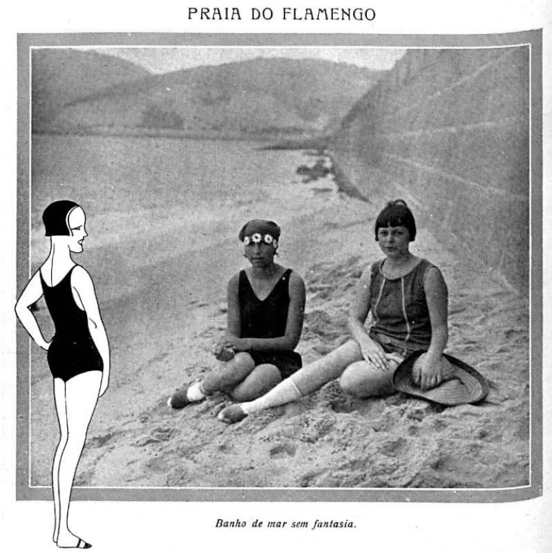 """Fotos de duas mulheres na praia publicada pela revista """"Careta"""", de 1926."""